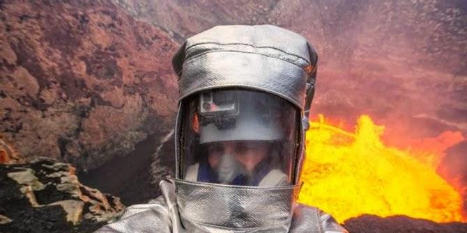 Berfoto di Gunung Api Aktif