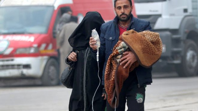 Seorang anak yang sakit dengan tabung infus-nya digendong untuk ikut mengungsi ke kawasan lain di Aleppo yang diperkirakan akan lebih aman.