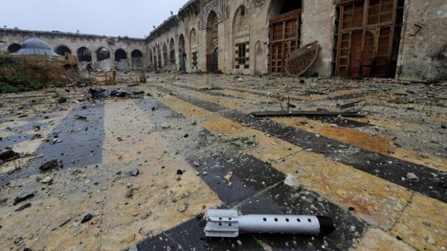 Selongsong roket di Masjid Umayyad, yang terletak di kawasan yang dikuasai pemerintah Suriah di Aleppo, menjadi bukti bahwa perang berlangsung di semua tempat.