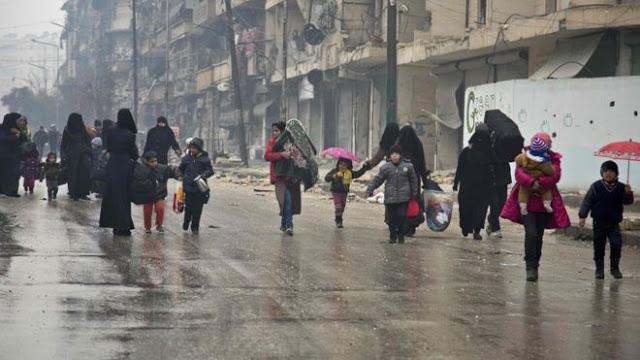 Sejumlah warga mengungsi dari kawasan yang dikuasai pemberontak menuju tempat yang sudah direbut kembali oleh pasukan pemerintah Suriah, Selasa 13 Desember.