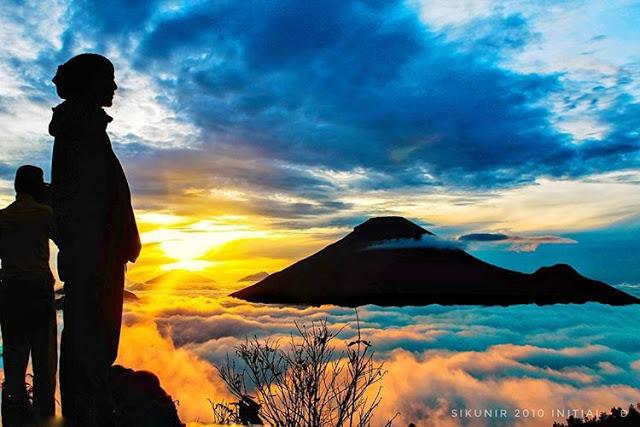 Gunung Sindoro dan Sumbing dari Puncak Sikunir