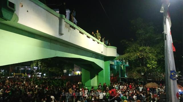 Video: Detik-Detik Insiden Viaduk Tugu Pahlawan Surabaya di Malam Hari Pahlawan